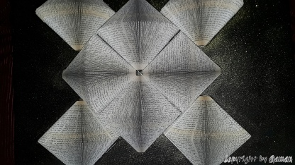 Wandbild aus je Element 200 Seiten Taschenbuch - beleuchtet auf Schwarz/Glittergold Leinwand