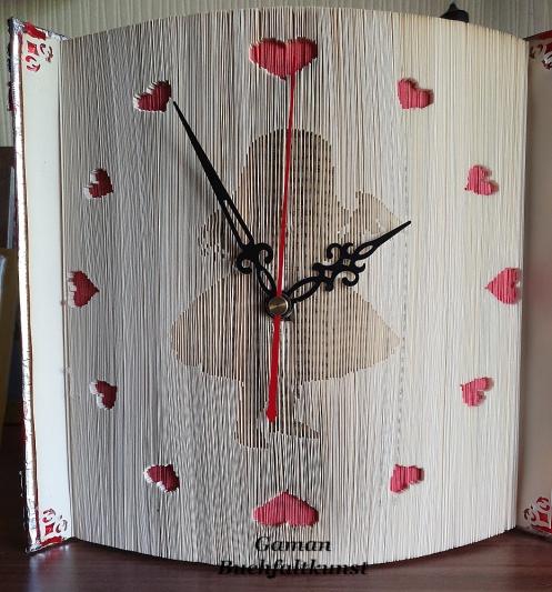 Alice im Wunderland mit rückwärtslaufenden Uhrwerk ~ ca. 750 Seiten Hardcoverbuch ~ Herzchen mit Washitapes gefärbt